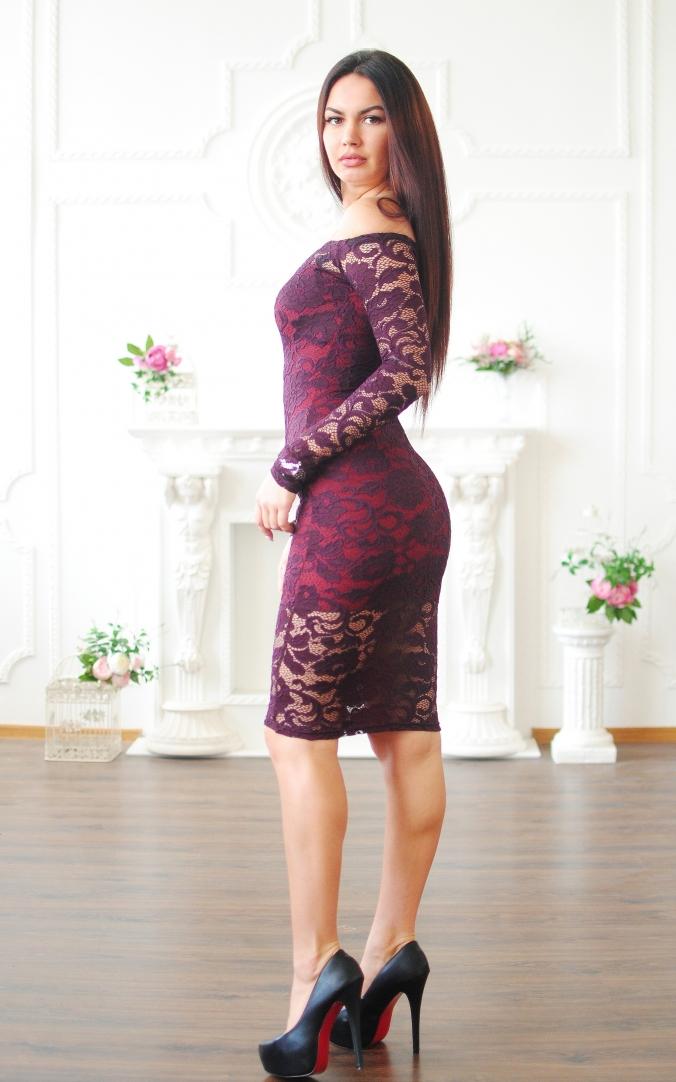 Гипюровое платье с открытыми плечами