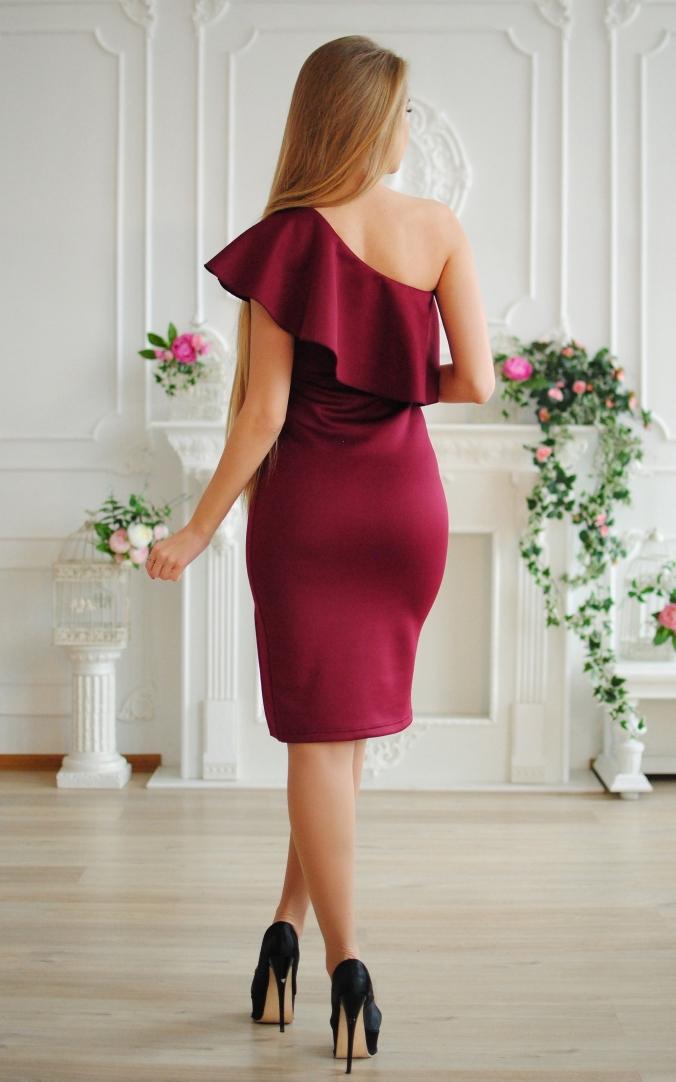 Елегантна сукня волан