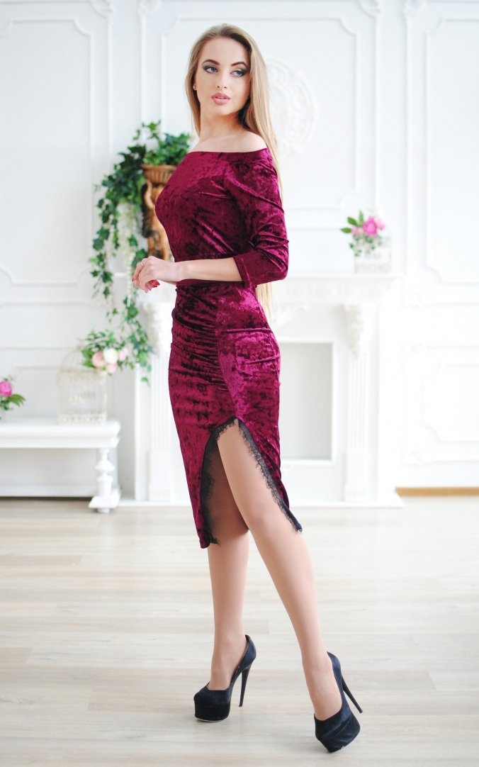 Evening dress with open shoulders